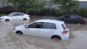 Ankara'da sağanak! Sürücüler araçlarında mahsur kaldı...