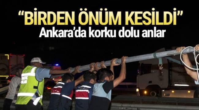 Ankara Çevre Yolu'nda elektrik direğinin devrilmesi sonucu kopan teller nedeniyle 4 araç hasar gördü.