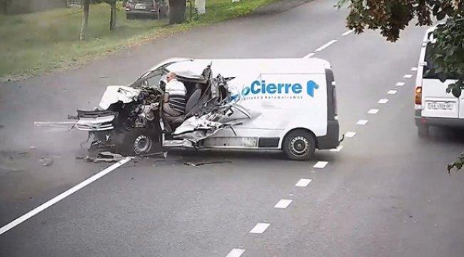 Direksiyonda Uyuya Kaldığı İçin Kamyona Çarpan Şoförün Mucize Kurtuluşu Kamerada