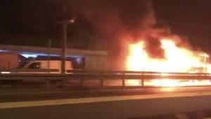 Son Dakika... Yenibosna'da bir araç alev alev yandı