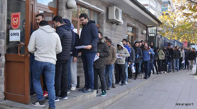 Ankara'da bedelli askerlikten yararlanmak isteyen yüzlerce kişi, uzun kuyruklar oluşturdu.