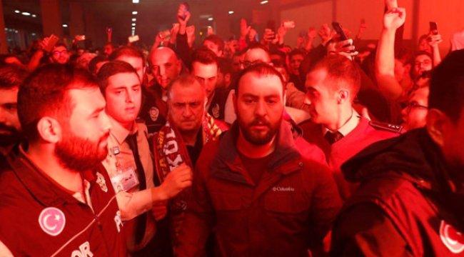 Taraftarlar, Yeni Malatyaspor'a 2-0 Kaybeden Galatasaray'ı Havalimanında Şampiyon Gibi Karşıladı
