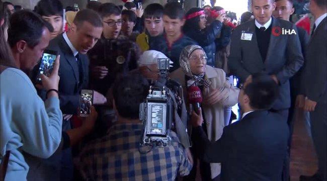 Yaşlı Çiftten Duygulandıran Ziyaret...el Ele Tutuşup Anıtkabir Merdivenlerinden İndiler