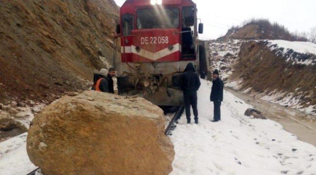 Dağdan Kopan Kaya Parçaları Van Gölü Ekspresi'ne Çarptı