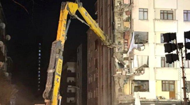 Kartal'da Çökme Tehlikesi Bulunan Binanın Yıkımına Başlandı