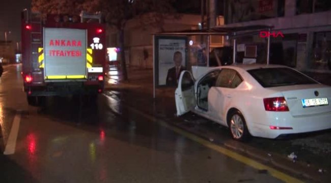 Kontrolden Çıkan Otomobil Otobüs Durağına Durağa Girdi: 2 Yaralı