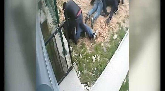 Ankara Polisi 100 kişiyi mağdur ettikleri belirlenen 2'si lise öğrencisi 3 şüpheliyi, düzenlenen operasyonla suçüstü yakaladı.