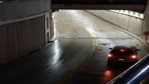 Ankara'nın Sincan İlçesinde yoğun yağış sonucu bir alt geçidi su basarken bir binanın da istinat duvarı çöktü.
