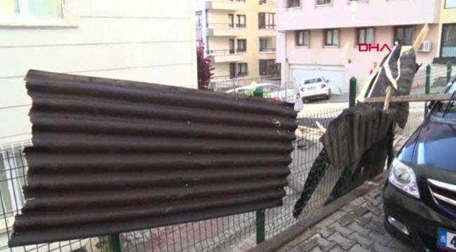 Ankara'da şiddetli rüzgar apartman çatısını uçurdu: 3 araç zarar gördü