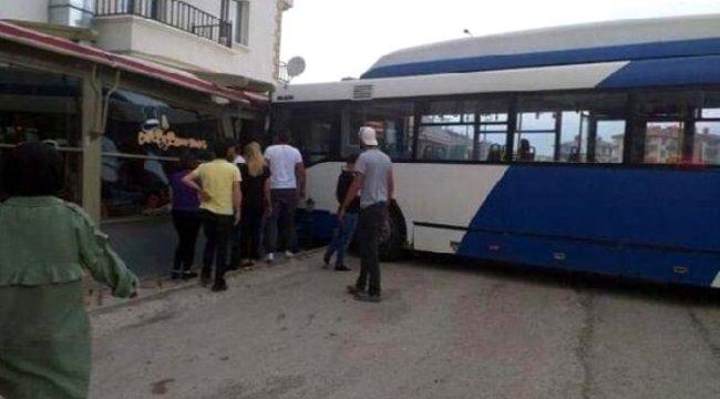 ANKARA'nın Gölbaşı ilçesinde, Belediye otobüsü, çarptığı araçla kafeye girdi: 3 yaralı