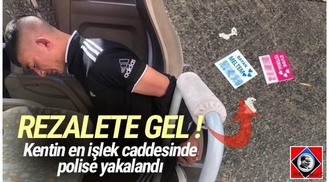 Ankara sokaklarında fuhuş kartları dağıtan bir genç, mobil olarak gezen Güven Timi'nde görevli bir polis tarafından kovalamaca sonucu yakalandı.