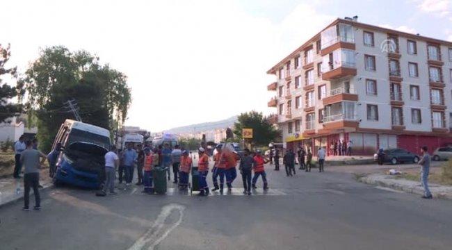 Başkentte dolmuş ile otomobil çarpıştı: 8 yaralı