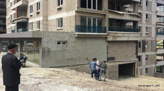 Ankara'da bir inşatta dengesini kaybeden bir işçi, asansör boşluğuna düşerek hayatını kaybetti.