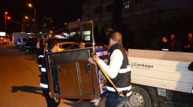 Ankara'da zabıta ekipleri, sağlıksız gıda satan seyyar satıcılara yönelik operasyon yaptı.