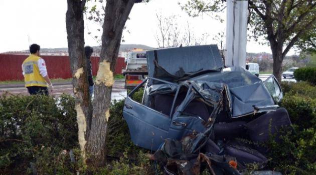 Ankara Kazan'da Ağaca Çarpan Otomobil İkiye Bölündü