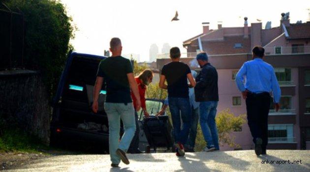 Ankara'da Bir ortaokulun kenarına bırakılan şüpheli araç, Ankara polisini alarma geçirdi.
