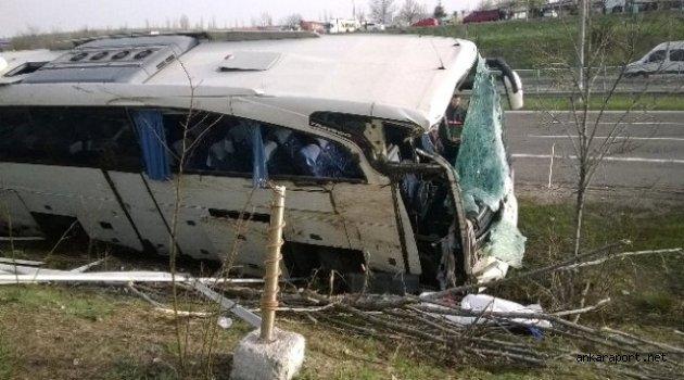 Başkent'te İstanbul'dan Ankara'ya giden tur otobüsünün şarampole devrilmesi sonucu 1 kişi hayatını kaybetti, 15 kişi yaralandı.