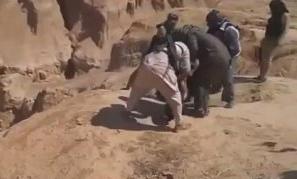 IŞİD iran vatandaşlarını uçurumdan aşağıya atarak infaz ediyor.